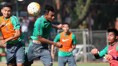 Dendi Sulystiawan (kiri) duel udara dengah Hansamu dalam game internal seleksi tahap ketiga Timnas U-22. - INDOSPORT