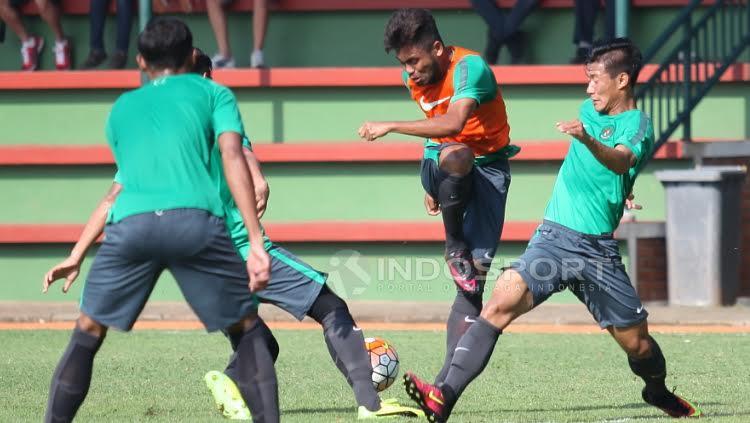Tendangan Saddil Ramdani (tengah) diblok oleh dua rekannya pada game internal seleksi tahap ketiga Timnas U-22.
