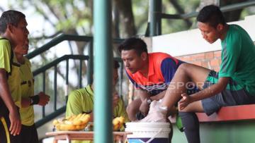 Evan Dimas (kanan) harus menepi karena mengalami cedera saat mengikuti game internal seleksi tahap ketiga hari terakhir Timnas U-22.
