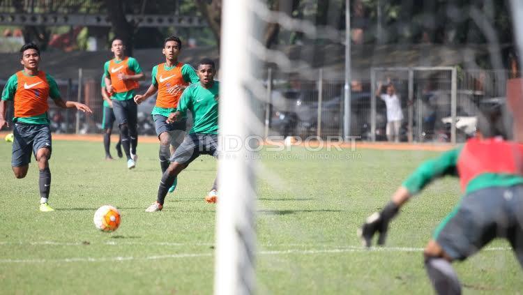 Yabes Roni (tengah) melakukan tendangan ke gawang pada game internal seleksi tahap ketiga Timnas U-22.