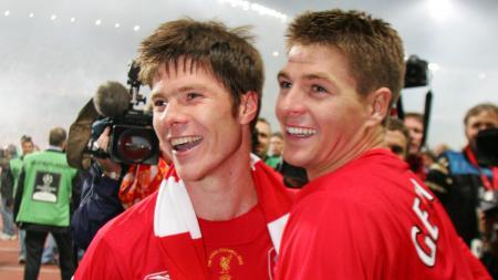 Gerrard bersama dengan Alonso ketika memenangi gelar Liga Champions 2005. - INDOSPORT