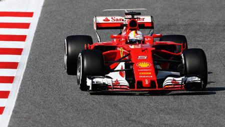 Sebastian Vettel ketika menggeber mobilnya di Barcelona, Spanyol. - INDOSPORT