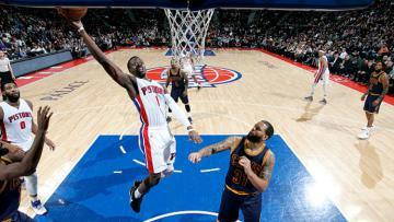 Guard Pistons, Reggie Jackson saat melakukan lay up melawan Cavaliers.