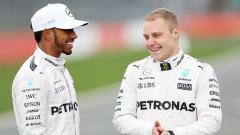 Indosport - Valtteri Bottas dan Lewis Hamilton.