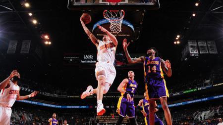 Pemain Phoenix Suns, Devin Booker, memasuka bola ke net Los Angeles Lakers. - INDOSPORT