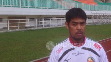 Pelatih Semen Padang, Nilmaizar, di Stadion Pakansari.