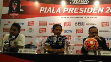 Pelatih Persib Bandung, Djajang Nurdjaman dalam konferensi pers.