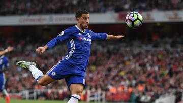 Eden Hazard mengeksekusi bola ke gawang Arsenal.