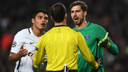 Thiago Silva dan Kevin Trapp pertanyakan keputusan wasit. - INDOSPORT