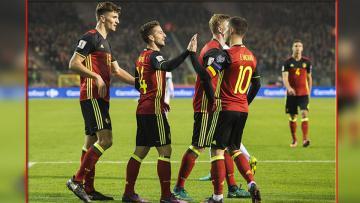 Dries Mertens (tengah) bersama Eden Hazard dan rekan setimnya di Timnas Belgia.