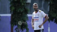 Indosport - Sylvano Comvalius saat masih memperkuat Bali United.