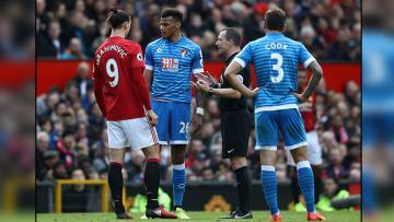 Bek tengah Bournemouth, Tyrone Mings (tengah) saat bersitegang dengan striker Man United, Zlatan Ibrahimovic.