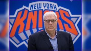 Presiden Operasional Phil Jackson perkenalkan strategi triangle offense ke para pemain New York Knicks.