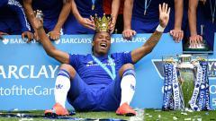 Indosport - Didier Drogba dan trofi Liga Primer Inggris saat membela Chelsea.