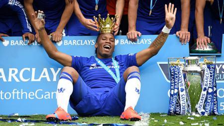 Didier Drogba dan trofi Liga Primer Inggris saat membela Chelsea. - INDOSPORT