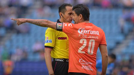 Wasit Luis Enrique Santander diprotes oleh Felix Araujo di ajang Torneo Clausura. - INDOSPORT
