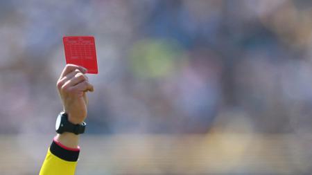 Ilustrasi wasit berikan kartu merah. - INDOSPORT