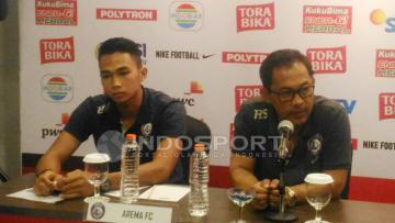 Pelatih Arema FC, Aji Santoso (kanan) dalam konferensi pers.