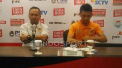 Indosport - Eks Pelatih PBFC, Ricky Nelson (kiri) dalam konferensi pers.