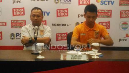 Eks Pelatih PBFC, Ricky Nelson (kiri) dalam konferensi pers. - INDOSPORT