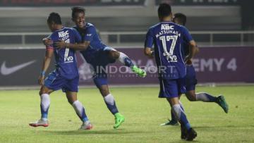 Selebrasi pemain Persib Bandung setelah Atep mencetak gol ke gawang Semen Padang.