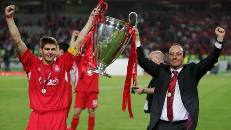 Rafael Benitez (kanan) bersama mantan kapten Liverpool, Steven Gerrard saat menjuarai Liga Champions 2005. Copyright: SkySports