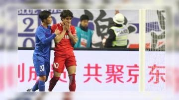 Alexandre Pato (kanan) dalam pertandingan di Chinese Super League (CSL).