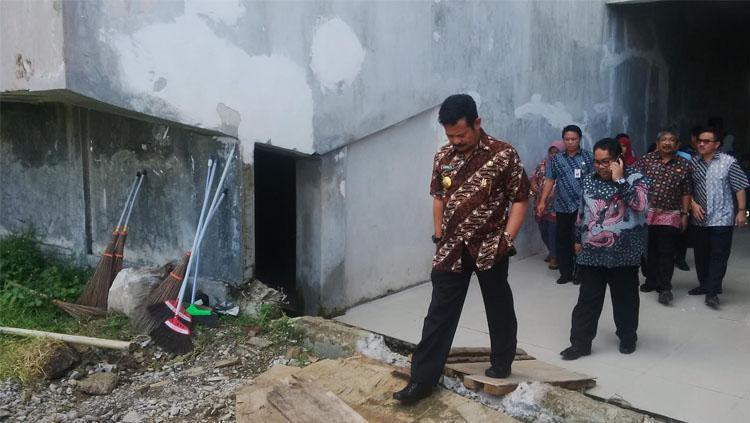 Gubernur Sulawesi Selatan, Syahrul Yasin Limpo saat meninjau pembangunan Stadion Barombong. Copyright: INDOSPORT/Muhammad Nur Basri
