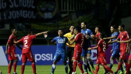 Vendry Mofu terlibat keributan dalam laga perebutan peringkat ketiga Piala Presiden 2017 - INDOSPORT