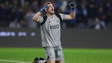Iker Casillas merayakan kemenangan timnya atas FC Arouca.