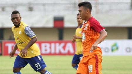 Abdul Aziz, berupaya enjoy saat berhadapan dengan Arema FC. - INDOSPORT