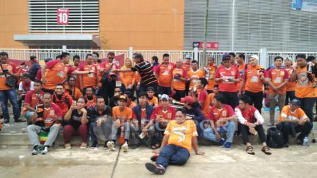 Suporter Pusamania Borneo FC di halaman Stadion Pakansari. - INDOSPORT