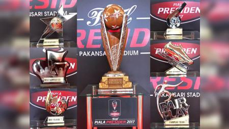 7 piala yang akan dianugerahkan kepada pemain dan tim terbaik selama penyelenggaraan Piala Presiden 2017. - INDOSPORT