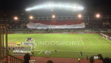Spanduk Merah Putih raksasa diiringi lagi Indonesia Raya di Stadion Pakansaari, Bogor.