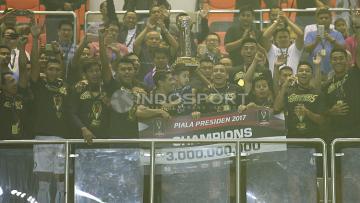 Arema FC merayakan gelar juara Piala Presiden 2017.
