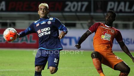 Cristian Gonzales saat berduel bola dengan pemain belakang PBFC.