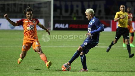 Cristian Gonzales saat berduel bola dengan pemain PBFC.