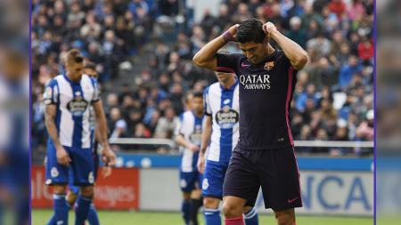 Ekspresi kekecewaan dari penyerang Barcelona, Luis Suarez. - INDOSPORT
