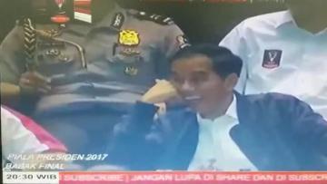 Presiden Joko Widodo terlihat tertawa lepas saat menyaksikan laga final Piala Presiden 2017.
