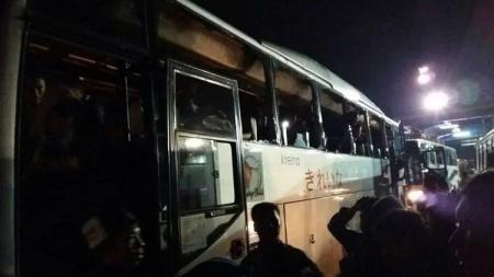 Rombongan bus Aremania diserang sekelompok orang tidak dikenal di ruas tol Jagorawi. - INDOSPORT