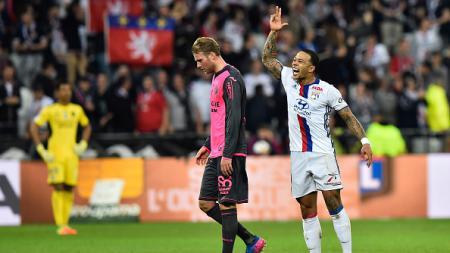 Memphis Depay merayakan golnya ke gawang Toulouse FC. - INDOSPORT
