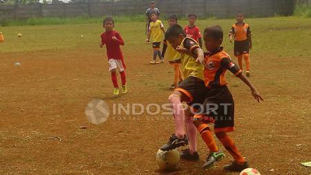 SSB Garuda Muda Soccer Academy jalani latihan di Stadion Perigi Lama. - INDOSPORT