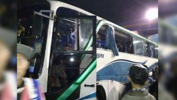 Rombongan bus Aremania mendapat serangan lemparan batu di pintu tol Sentul menuju Jakarta.