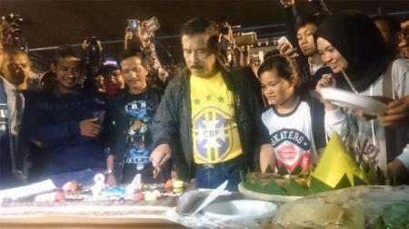 Umuh Muchtar saat menghadiri perayaan Ultah Persib Bandung ke-84. - INDOSPORT