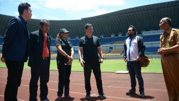 Perwakilan AFC, Xiao Long Deng dan Bawanie Thoraraju saat meninjau Stadion GBLA.