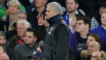 Mourinho mengacungkan tiga jarinya kala diejek oleh fans Chelsea.