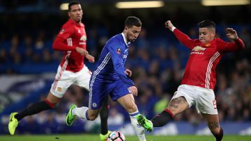 Eden Hazard (tengah) ketika berduel dengan Marcos Rojo (kanan)