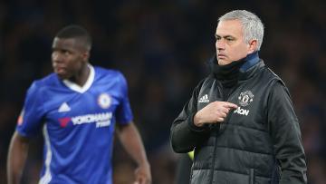 Jose Mourinho (kanan) menunjukkan logo MU pada jaket yang dikenakannya.
