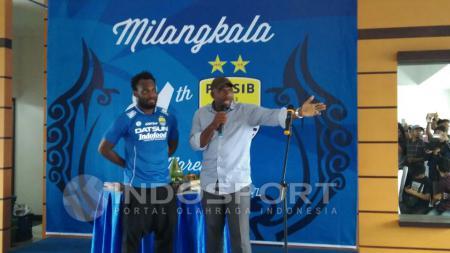 Michael Essien diperkenalkan sebagai pemain baru Persib Bandung. - INDOSPORT