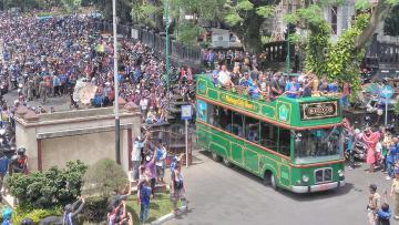 Fellipe Bertoldo dan Muhamad Rafli saat menaiki bus Macito diikuti riuh tepuk tangan ribuan Aremania di Alun-alun Tugu Balai Kota Malang.